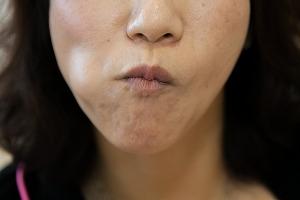 頬を膨らませたり、口を大きく動かす